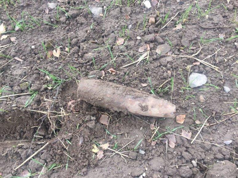 Pasieniečiai sprogmenį rado gulintį griovyje