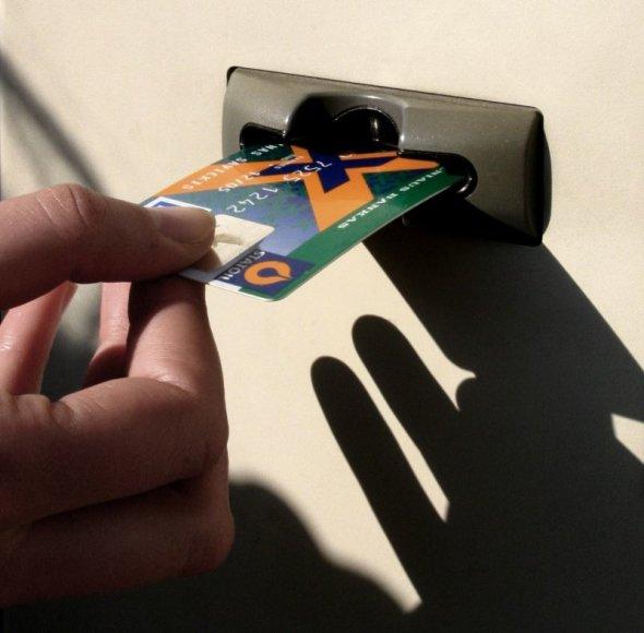 Sukčiai rado naują apgaudinėjimo būdą – iš patiklių žmonių perka bankų korteles.