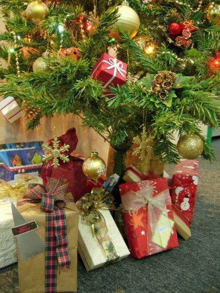 Supakuotos dovanos po Kalėdų egle