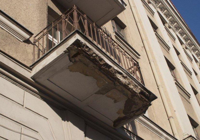 Apgriuvęs Vilniaus Senamiesčio balkonas