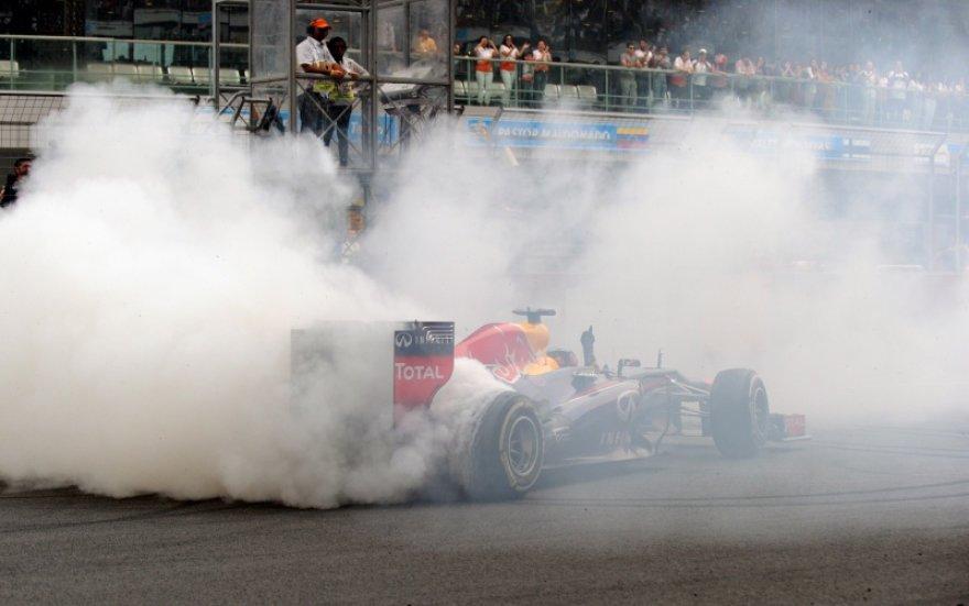 Sebastianas Vettelis džiaugiasi pergale starto-finišo tiesiojoje