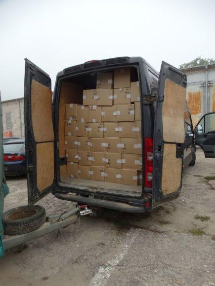 Varėnos policija sulaikė kontrabandinių cigarečių prikimštą mikroautobusą su priekaba