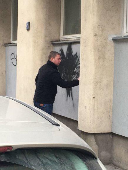 Vilniuje ant sienos piešiantis vyras