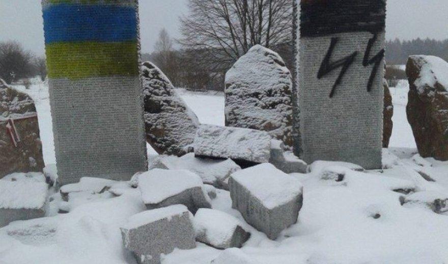 Prie Lvovo nuniokotas paminklas žuvusiems lenkams