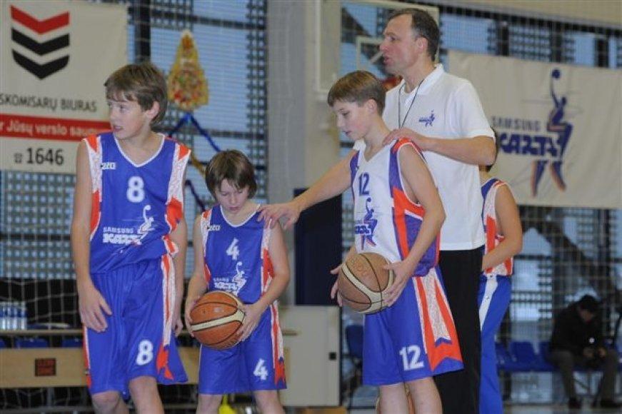 Treneris Mindaugas Lukošius treniruoja jaunuosius krepšininkus.