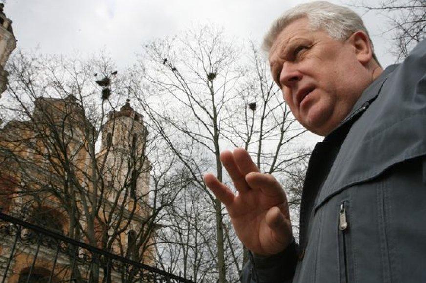 S.Paltanavičius teigia, kad varniniai paukščiai jau pradeda dėti kiaušinius, tad ardyti jų lizdus kiek vėloka.