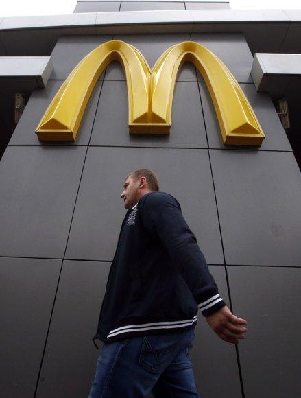 """Maskvoje vyras eina šalia uždaryto """"McDonald's"""" restorano"""