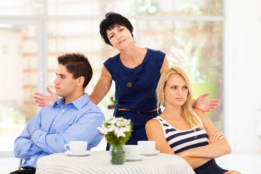 Žmona su vyru ir jo mama.