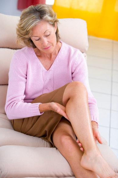 Moteris masažuoja kojas