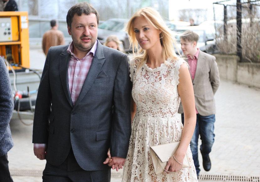 Antanas Guoga su sužadėtine Aiste Šlapokaite