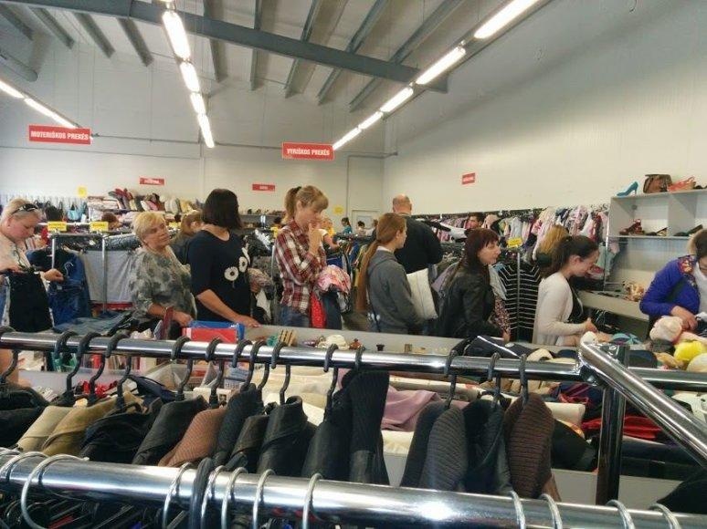 Dienomis, kai į parduotuves atvežamos naujos prekės, padėvėtų rūbų parduotuvėse – apgultis. Prie matavimo kabinų net nusidriekia eilės.