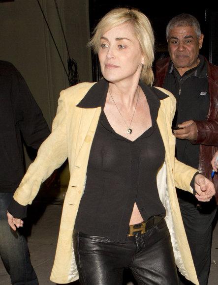 Sharon Stone Holivude aplinkinių dėmesį traukė permatoma palaidine