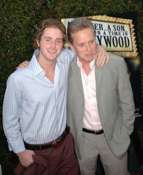 Vida Press nuotr./Michaelas Douglasas su sūnumi Cameronu (2005 m.)