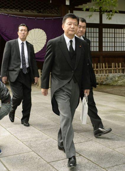 Japonijos ministras Yoshitaka Shindo apsilankė prieštaringai vertinamoje šventovėje
