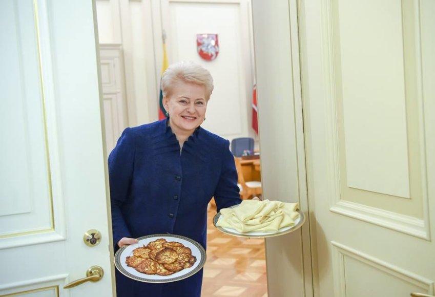 Dalia Grybauskaitė kolegas vaišino Užgavėnių blynais