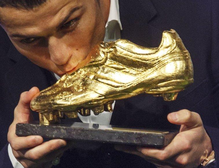 """Cristiano Ronaldo įteiktas """"Auksinio batelio"""" prizas"""