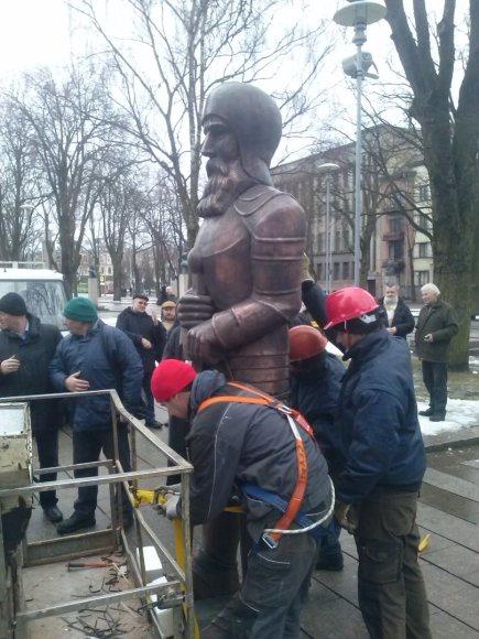 Kaune į karo muziejaus varpinę grįžo Kario skulptūra