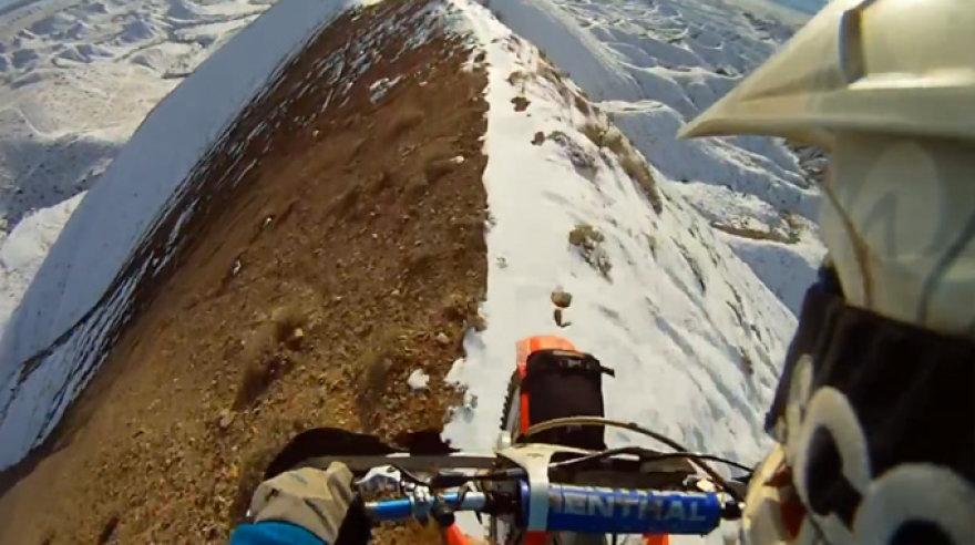 Pasivažinėjimas sneguotomis viršukalnėmis motociklu
