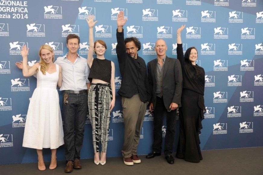 """Komedijos """"Žmogus-paukštis arba netikėta nežinojimo dorybė"""" režisierius Alejandro Gonzalezas Inarritu (trečias iš dešinės) su filmo aktoriais Amy Ryan, Edwardu Nortonu, Emma Stone, Michaelu Keatonu ir Andrea Riseborough"""