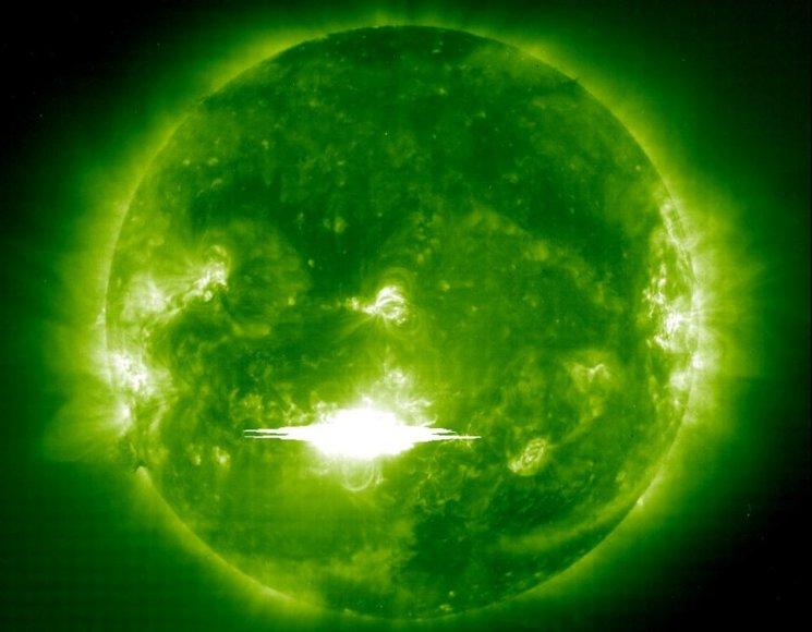 Saulės ir heliosferos observatorijos (SOHO) zondo užfiksuotas supergalingas 2003 m. Helovino žybsnis.
