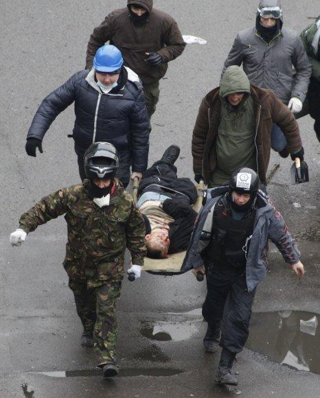 Kijeve nešamas sužeistas protestuotojas