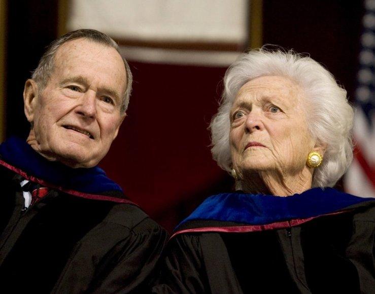 George'as Bushas vyresnysis su žmona Barbara