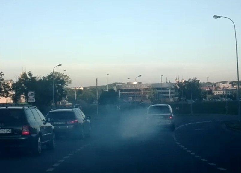 Pagal išmetamųjų dujų kiekį kitas transporto priemones akivaizdžiai lenkiantis automobilis
