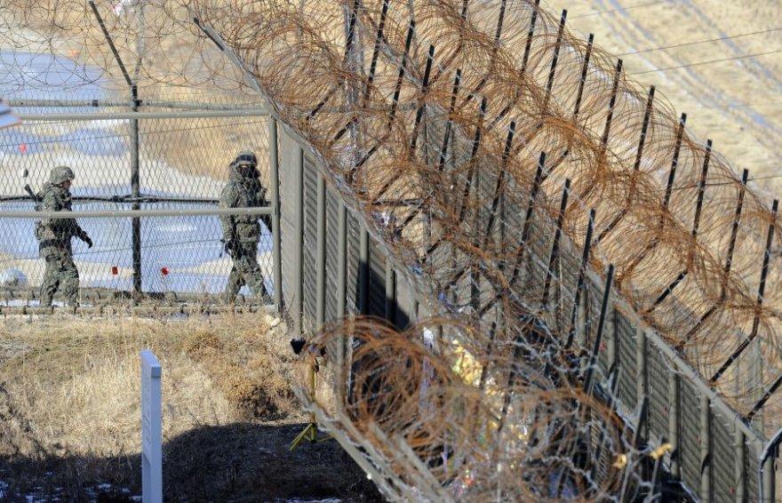 Pietų Korėjos kariai, patruliuojantys ties siena su Šiaurės Korėja.