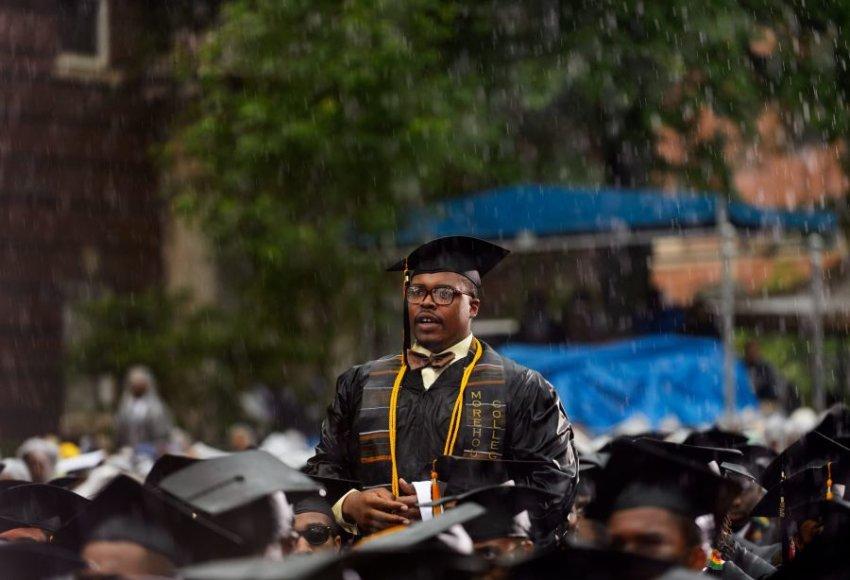 B.Obamai bekalbant prapliupo lietus, studentai kiaurai permirko.