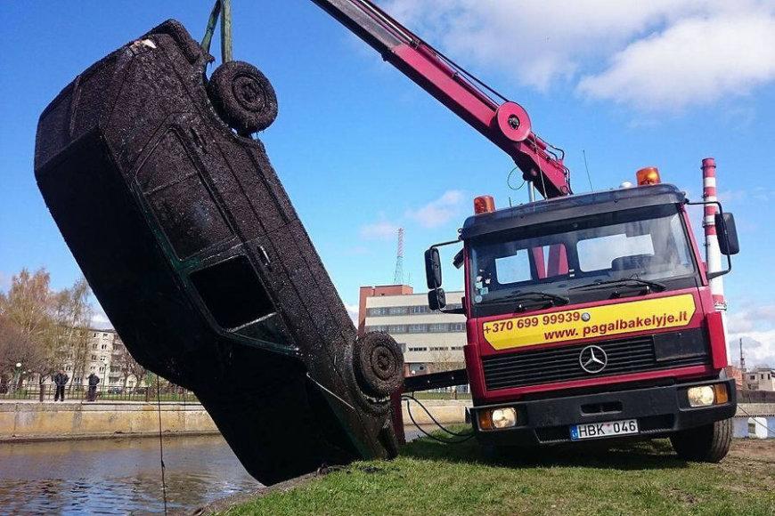 """Praėjusiais metais per akciją """"Darom"""" iš Danės upės dugno ištrauktas automobilis nustebino net narus."""