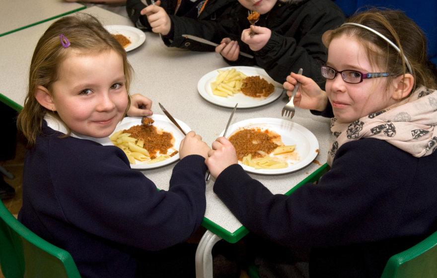 Vida Press nuotr./Mokiniai pietauja