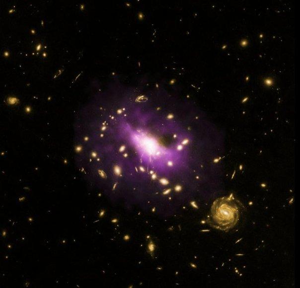 Užfiksuota hipermasyvi juodoji skylė - galingiausias objektas Visatoje