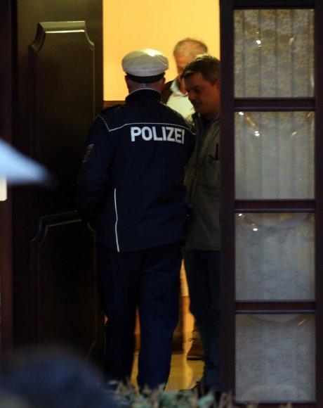 Vokietijos policija neša daiktus iš Andreaso Lubitzo namo.