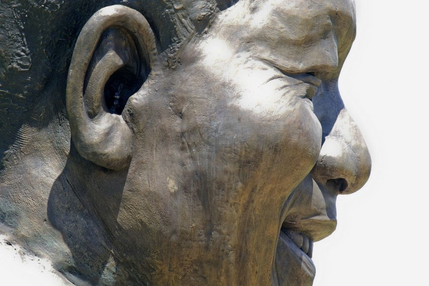 Kiškis Nelsono Mandelos statulos ausyje