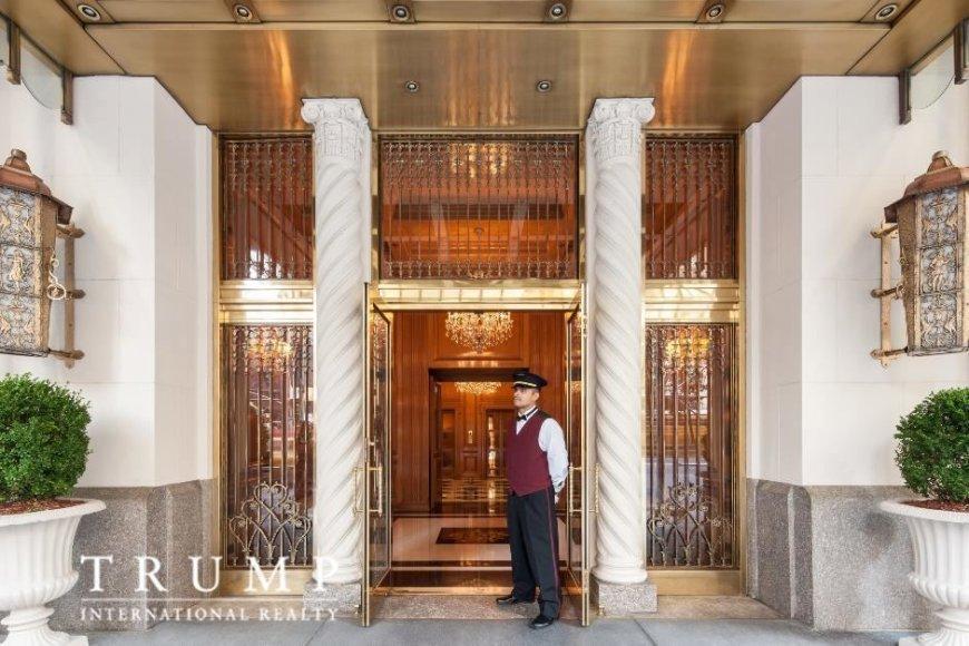 """""""Trump International Realty"""" nuotr./Prie įėjimo į """"Trump Park Avenue"""" dangoraižį gyventojus ir svečius nuolat pasitinka durininkas"""