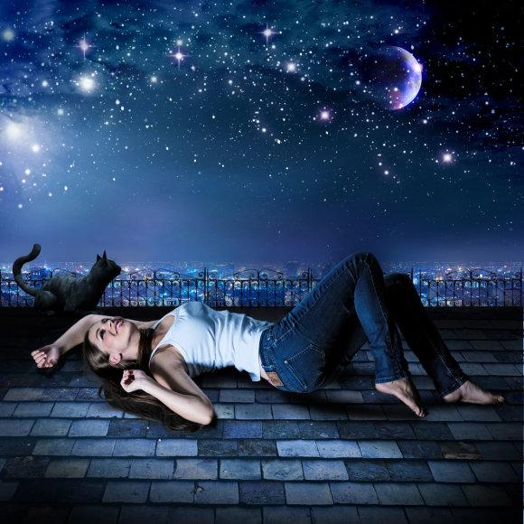 Moteris ant stogo naktį