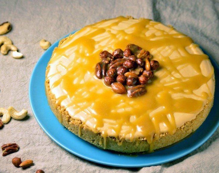 Nekeptas karamelinis tortas su karamelizuotais riešutais