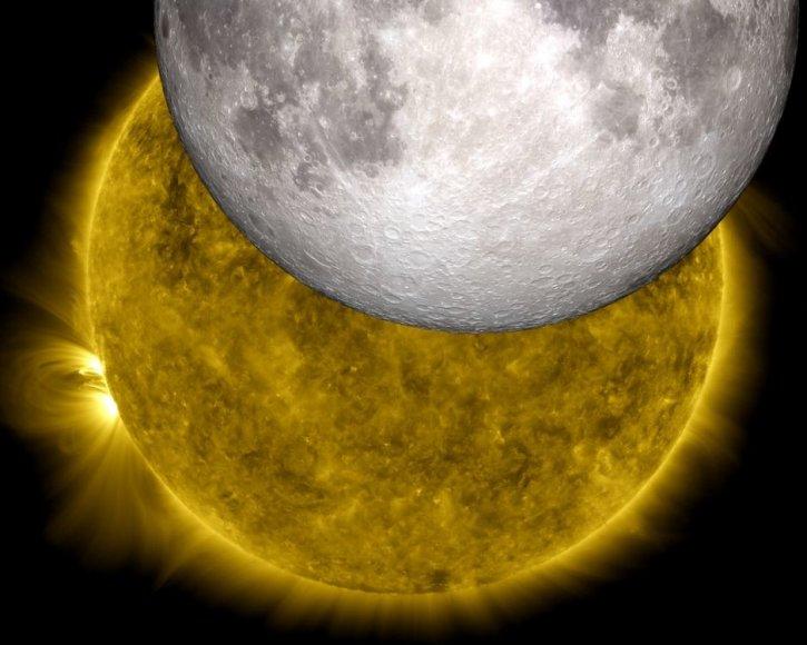 Unikalus Saulės užtemimo kadras. Taip šį astronominį įvykį matė NASA zondas SDO. Į iliustraciją įkomponuotas ir kito NASA zondo LRO Mėnulio paviršiaus vaizdas.