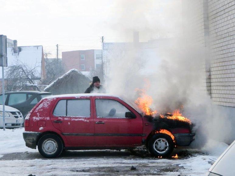 """Šakiuose prie Jaunystės gatvės daugiabučio užsidegė """"VW Golf"""" automobilis"""