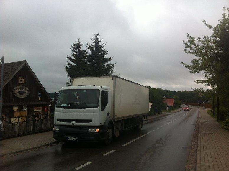 Baltas sunkvežimis su Rusijos vėliava