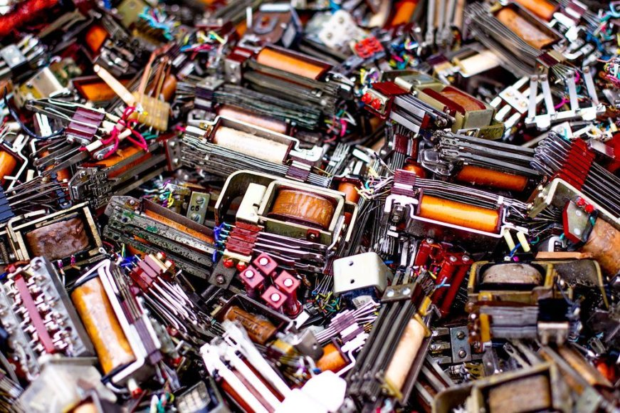 """""""EMP recycling"""" elektronikos ir kitų atliekų perdirbimo gamykloje."""