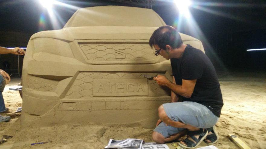 """""""Seat Ateca"""" iš smėlio pastatytas Barselonos El Prato oro uoste"""