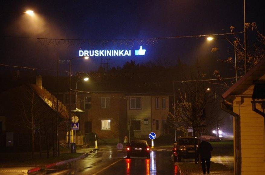 """Atvykusius į Druskininkus pasitinka didžiausias pasaulyje """"Like"""" ženklas"""