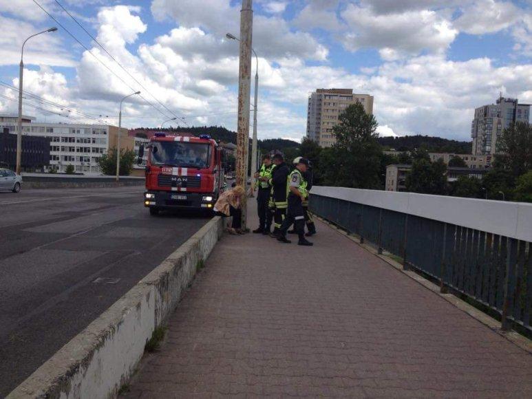Nuo Šilo tilto nušokti grasinusi moteris