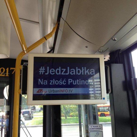 """Socialinės kampanijos """"Valgyk obuolius ir suerzink Putiną"""" reklama Varšuvos viešajame transporte"""