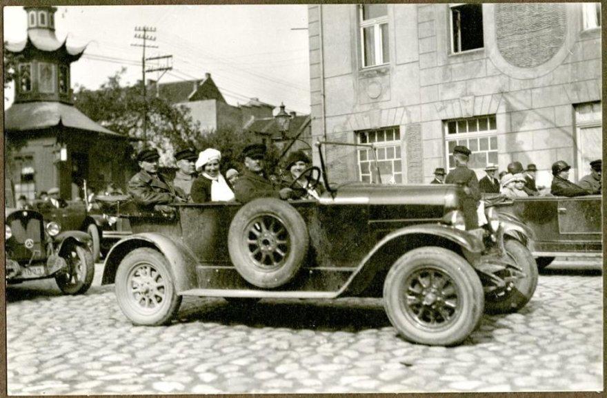 """""""Klaipėdos automobilių ir motoračių klubo"""" nariai renkasi į startą. 1926 m. gegužės mėn."""