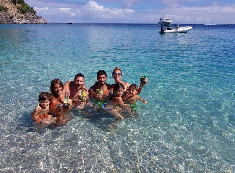 Asmeninė nuotr./Lionelis Messi, Antonella Roccuzzo su sūnumis ir LuisoSuarezo šeima