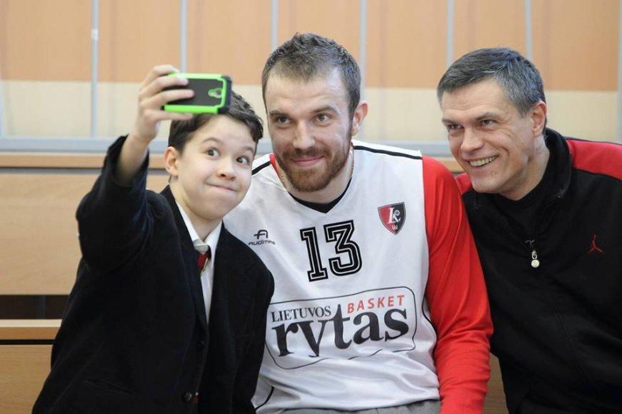 Martynas Gecevičius, Linas Kvedaravičius ir jaunasis krepšininkas darosi asmenukę