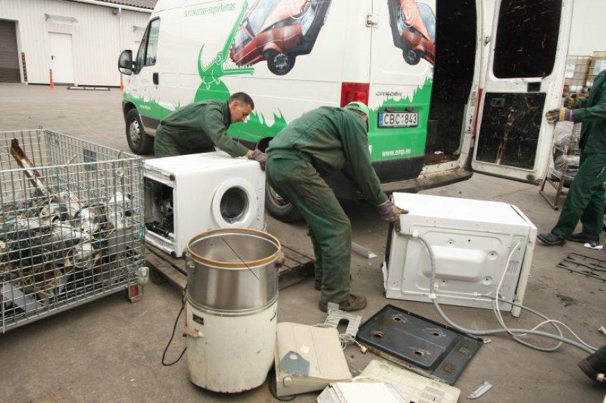 Nereikalingą elektroniką bus galimą atnešti prie parduotuvių. EEPA įspėja, kad  išmesti atliekas šalia konteinerių griežtai draudžiama.