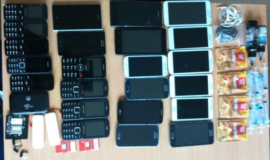 Į Kybartų pataisos namus bandyta perduoti 23 mobiliojo ryšio telefonus